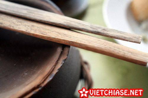 Meo-chua-leo-mat-tai-nha-bang-dua-bep